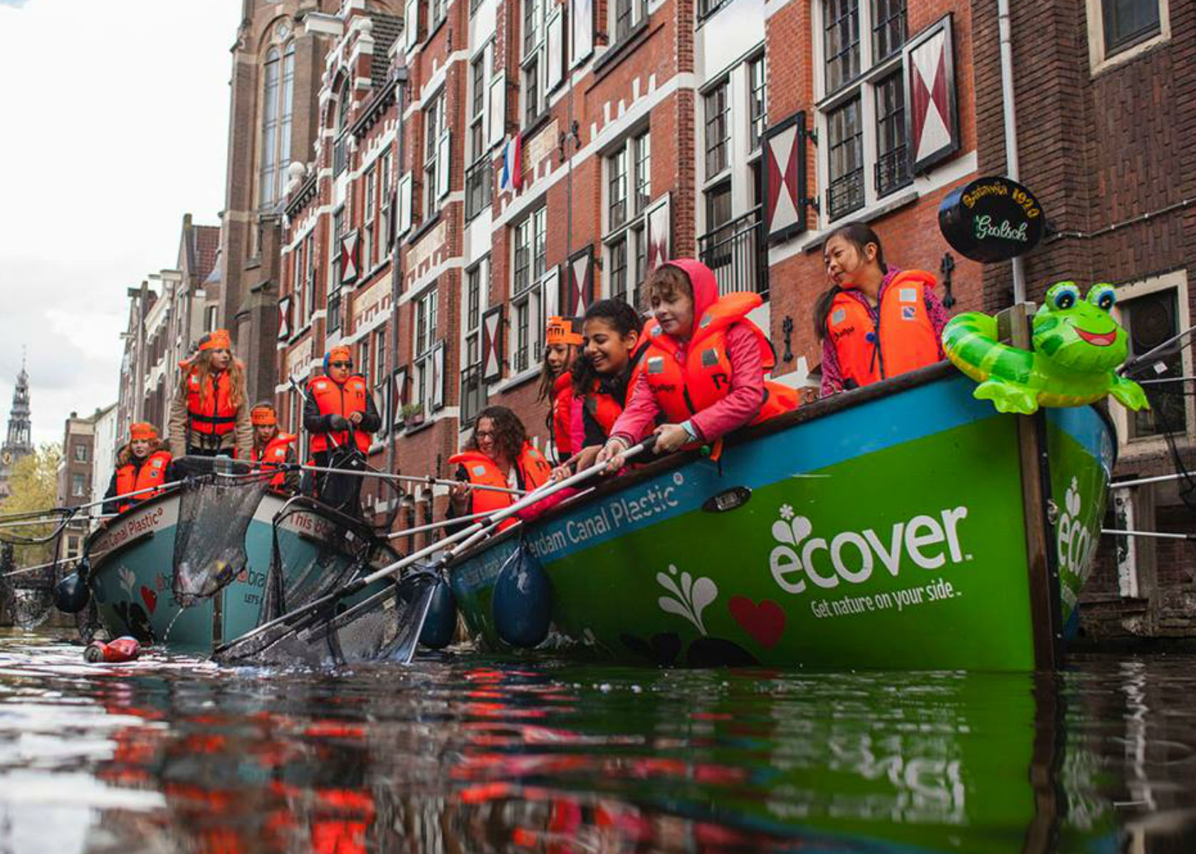Plastic_Whale_Company_on_boat_in_Amsterdam