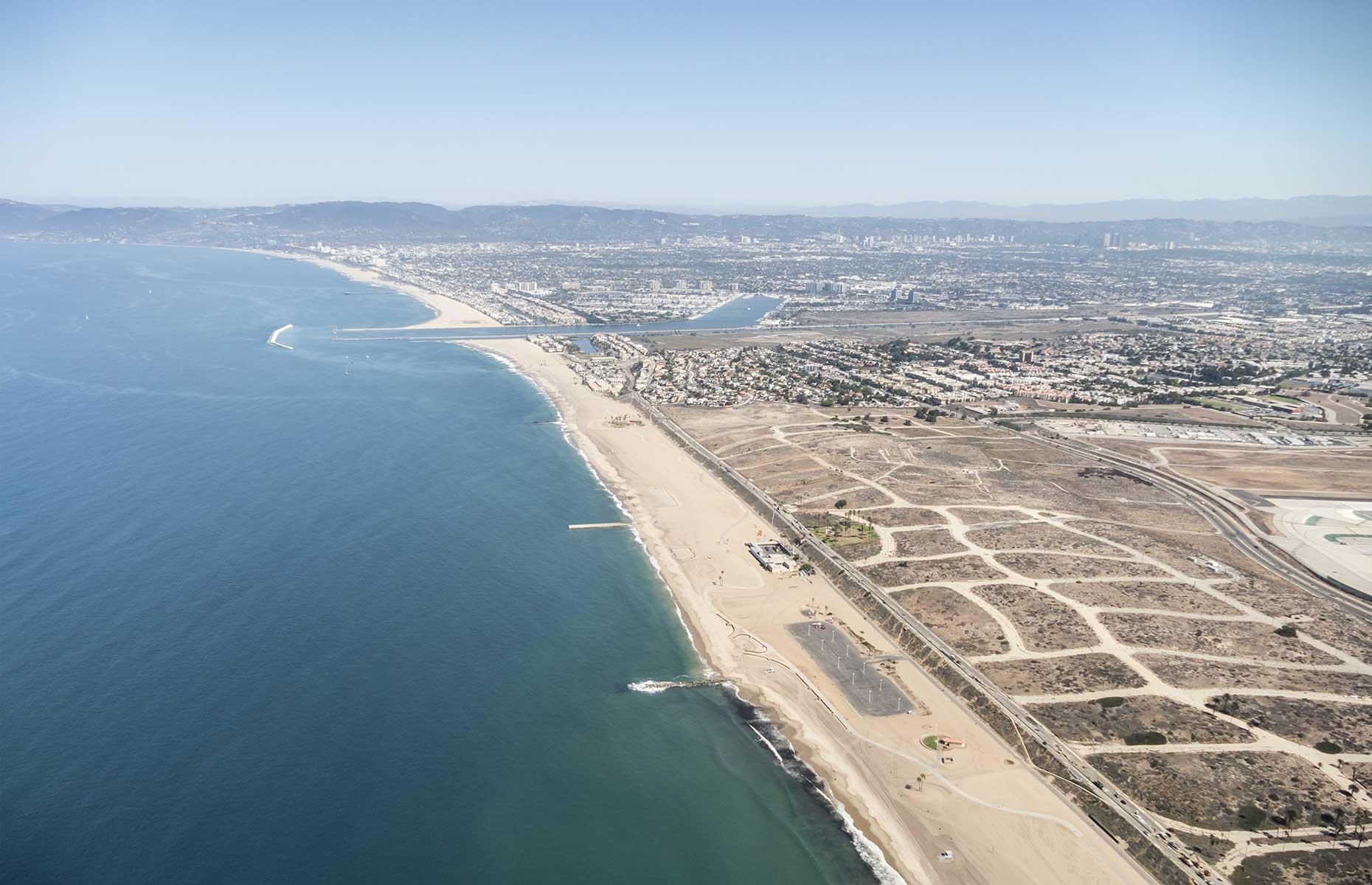 https://loveincstatic.blob.core.windows.net/loveexploring/IMAGES/Guide-to-Los-Angeles-best-beaches/dockweiler-beach.jpg
