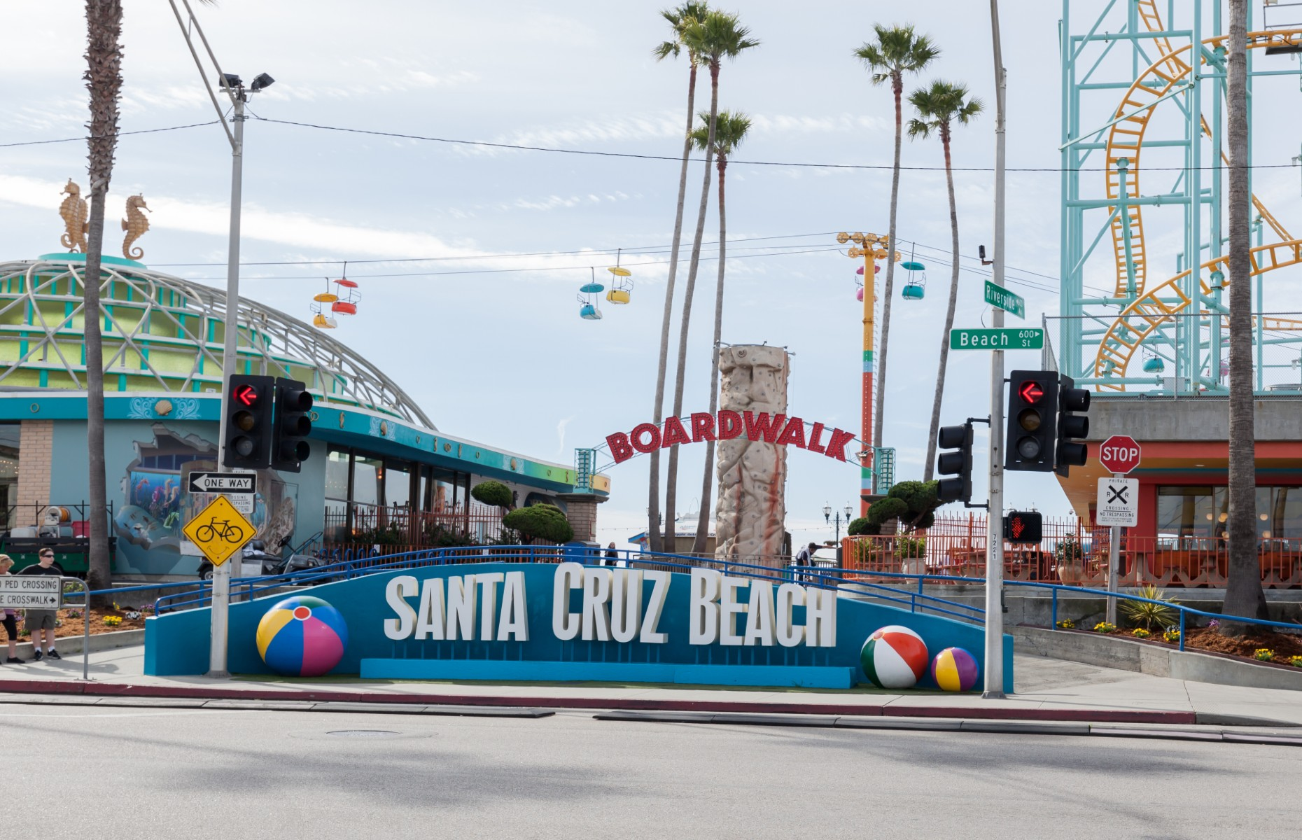 Santa Cruz Beach Boardwalk showing big wheel and rides (Image: JHVEPhoto/Shutterstock)