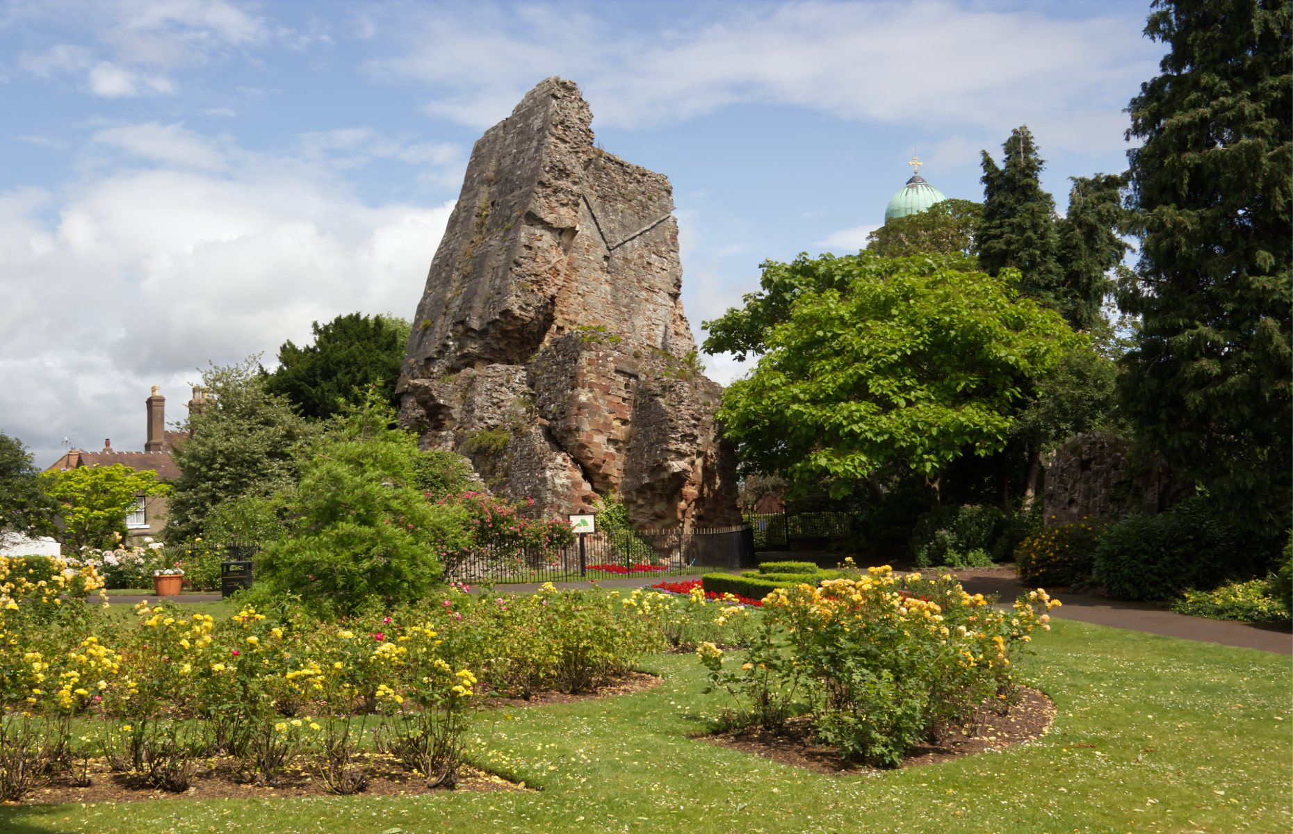 The ruins of Bridgnorth Castle leaning (Image: Ruth Ashmore/Shutterstock)