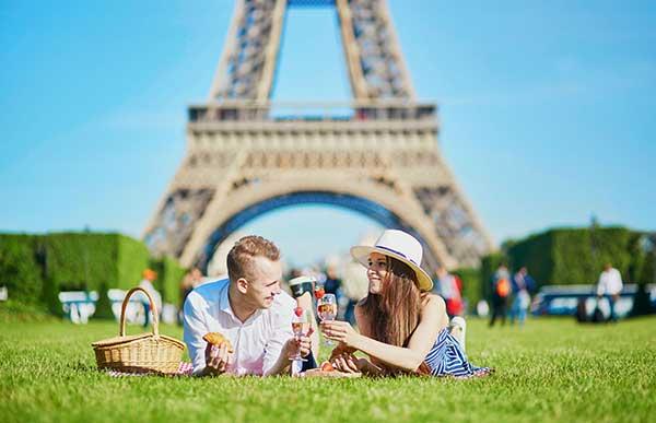 A couple having fun in Paris. (Image: Shutterstock)