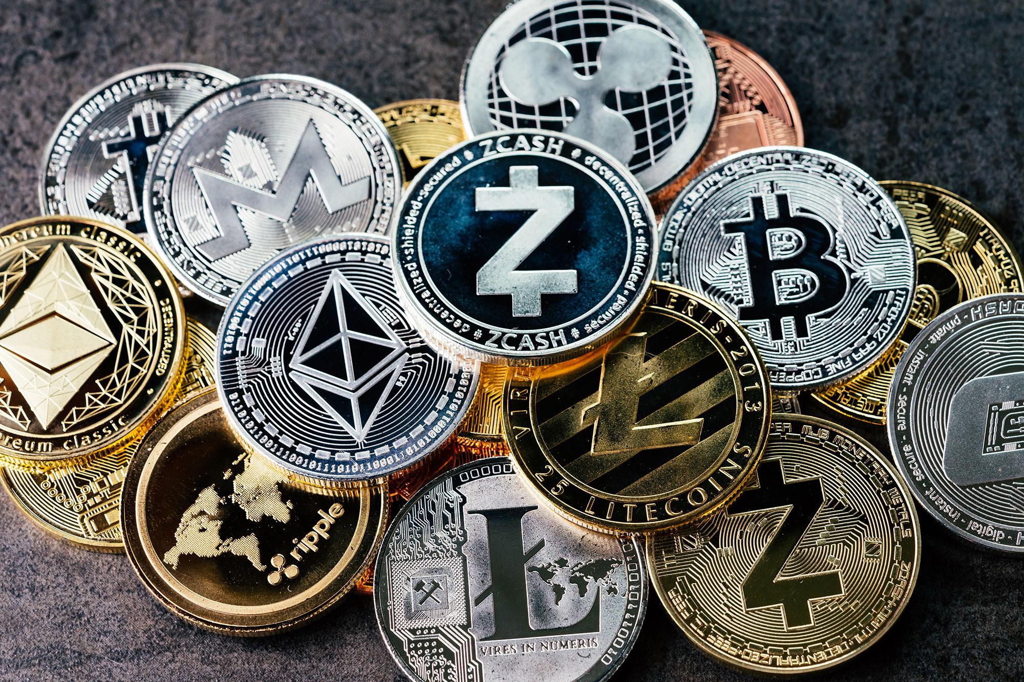Diverses pièces de crypto-monnaie physiques.  (Image: Shutterstock)