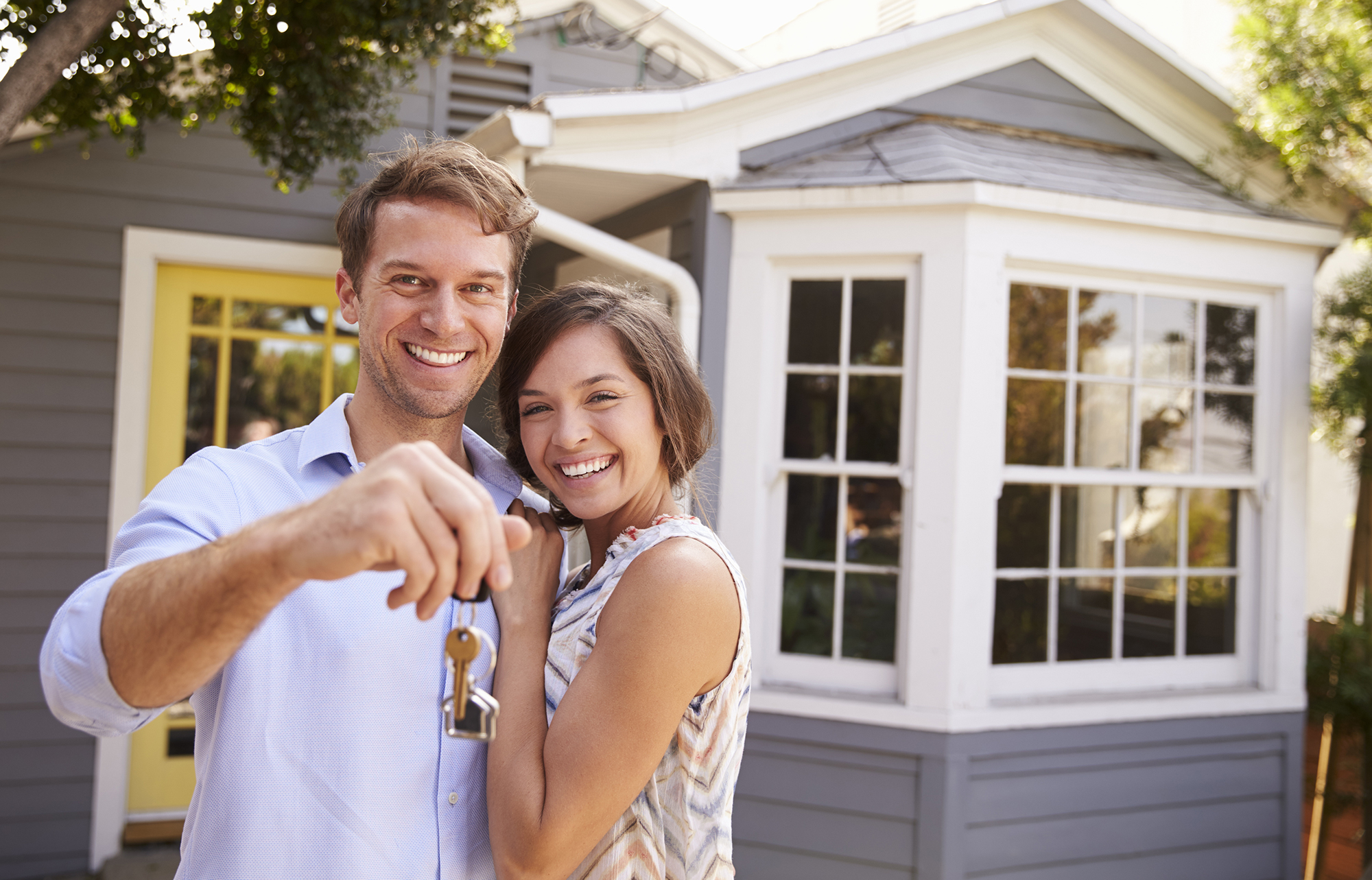Couple with new house keys. (Image: Shutterstock)