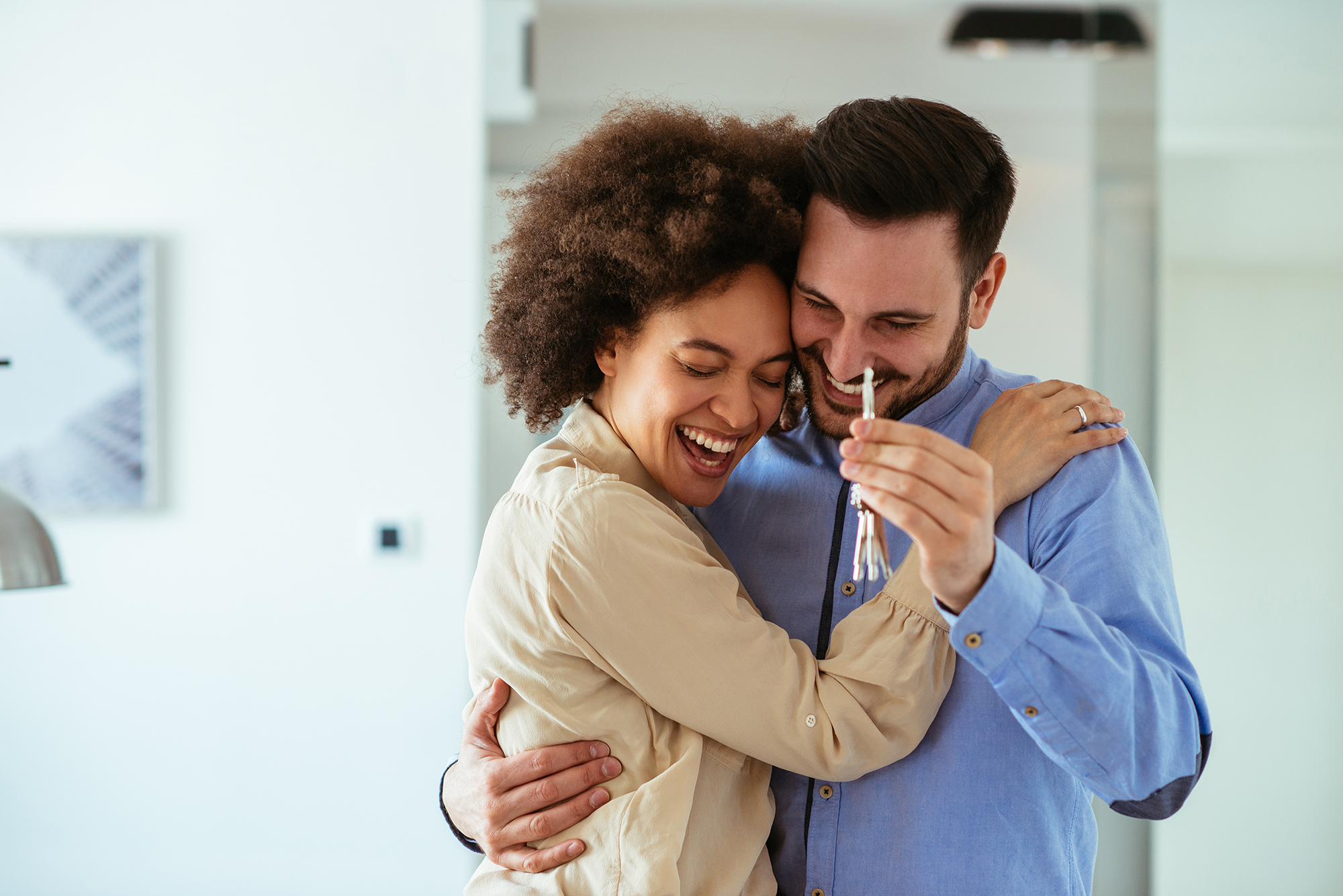 A couple with new house keys. (Image: Shutterstock)