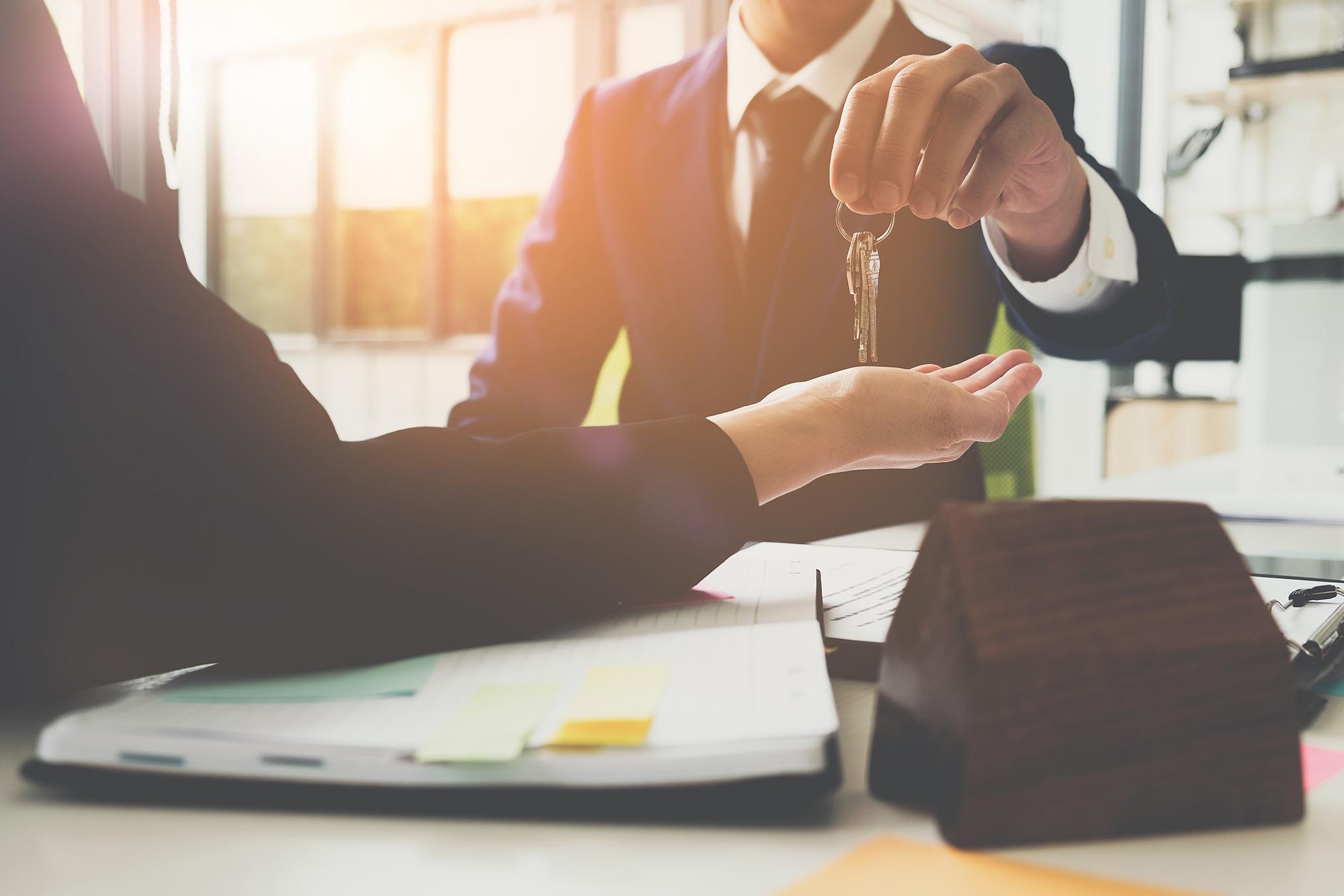 Estate agent giving new owner the keys. (Image: Shutterstock)