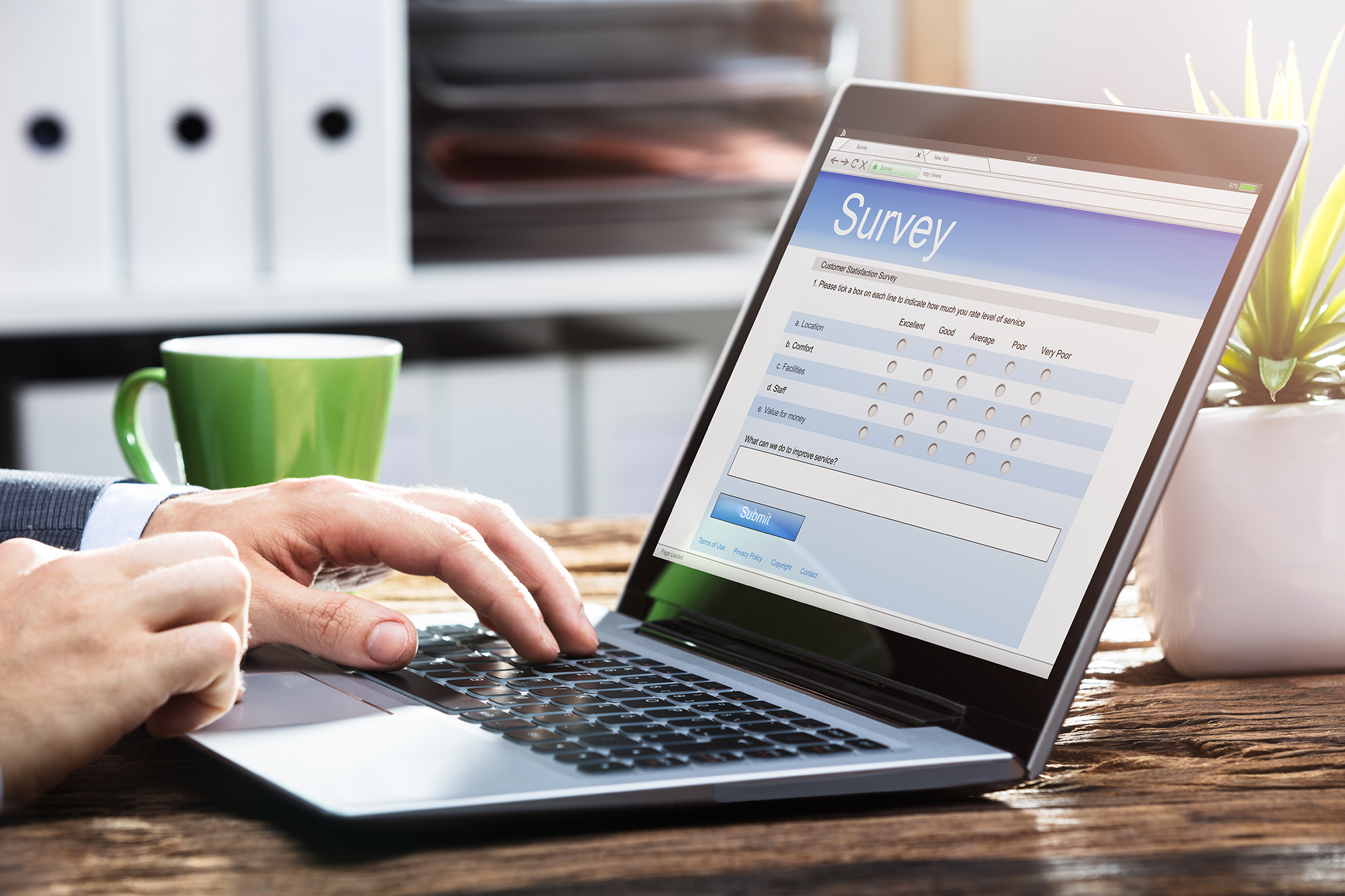 Uomo compilando un sondaggio.  (Immagine: Shutterstock)