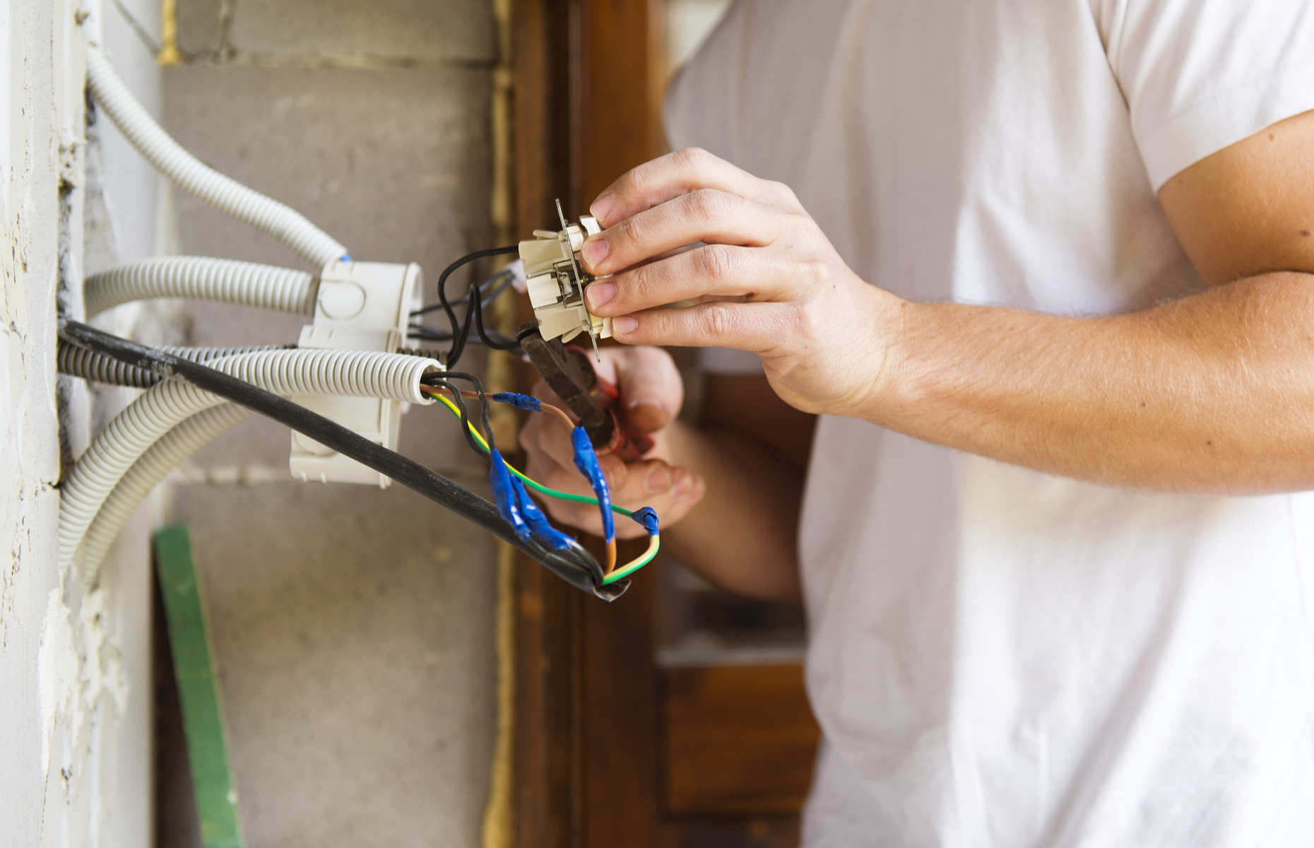 It's important to leave electrical repairs to the professionals. Image: Halfpoint / Shutterstock