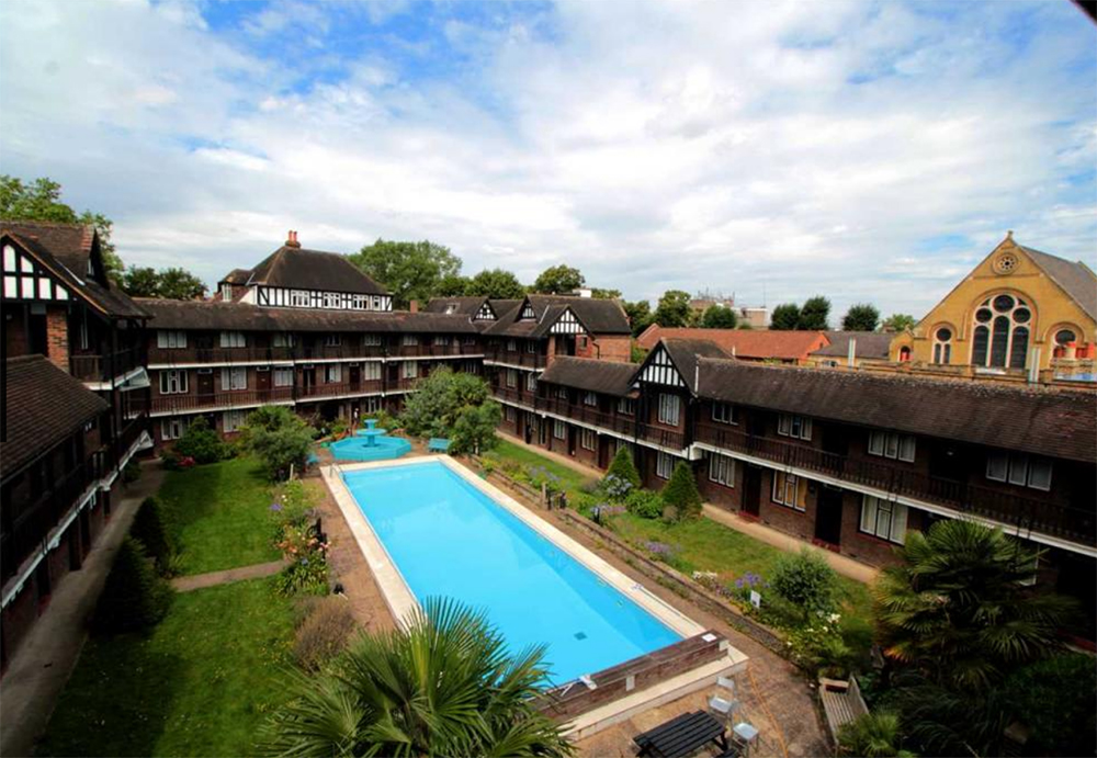 Studio flat in Brixton for rent - complete with a communal pool!. Image: Rightmove