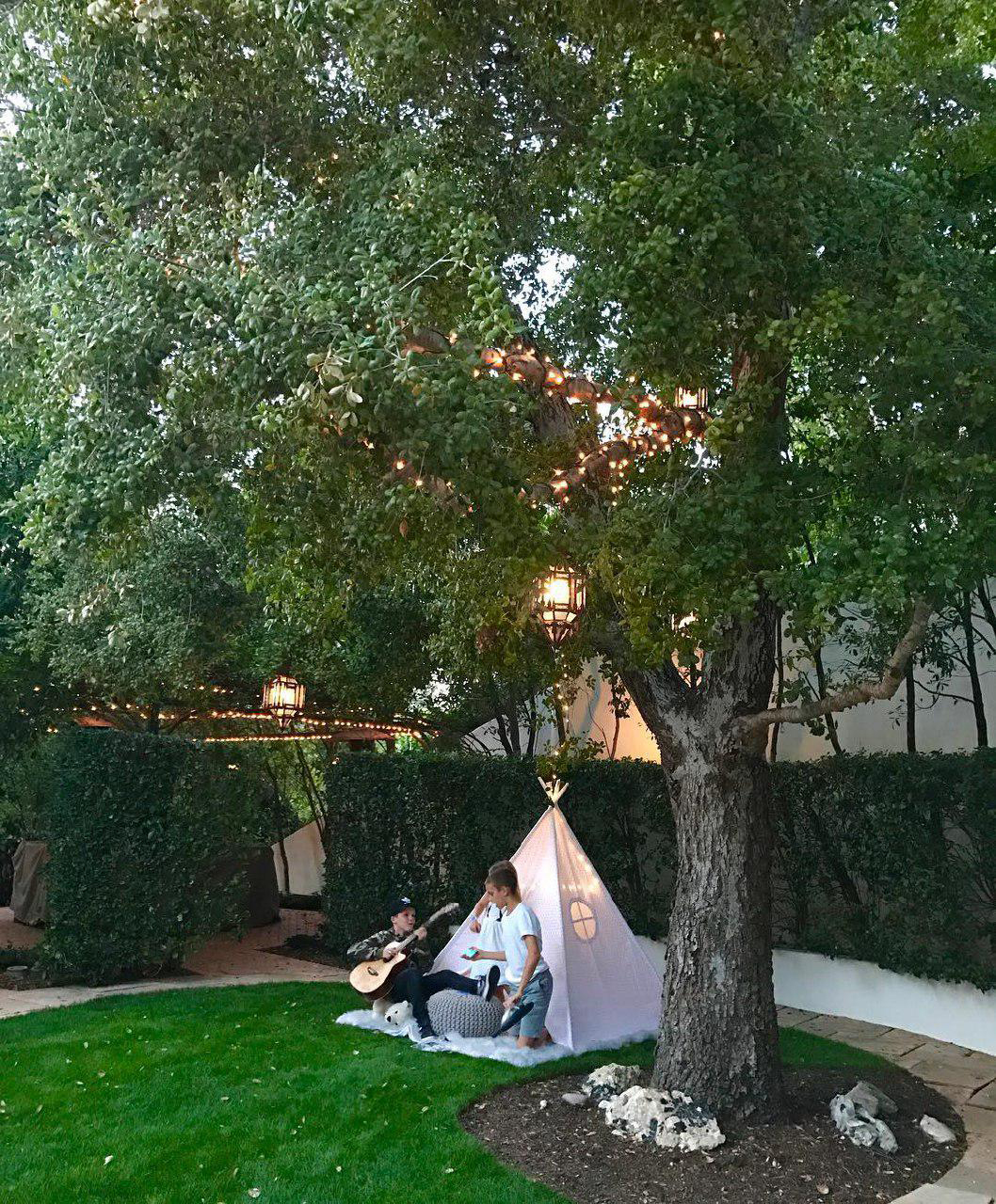 The Beckham boys play in a cute tipi in the garden. Image: @victoriabeckham / Instagram