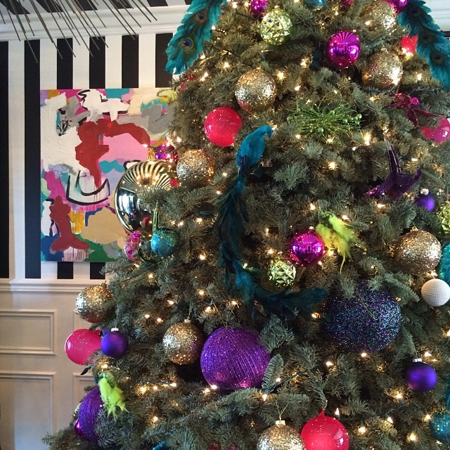 Kourt's Christmas decor is a masterclass in cool clashing colours. Image: @kourtneykardash/Instagram
